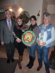 Schützenmeister Karl-Heinrich Belte mit Claudia Löhr-Volkmann, Evelyn Klingert und Imme Kappe